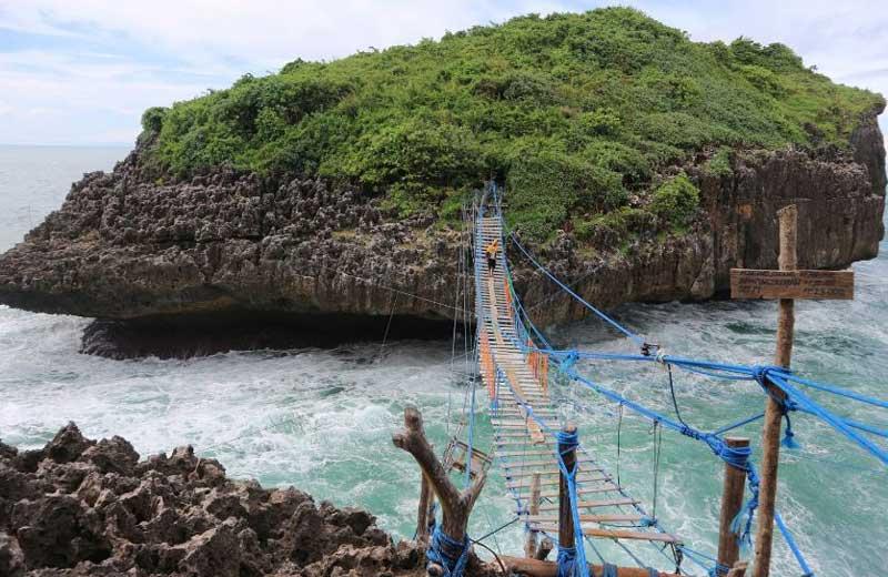 Pantai Sinden serta Pulau Kalong
