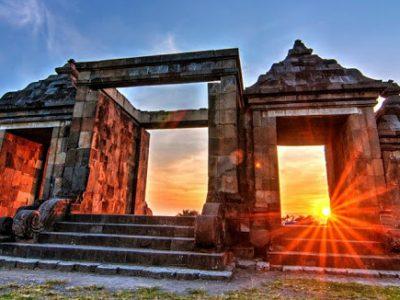 Ada begitu banyak lokasi indah di Yogyakarta yang dapat digunakan sebagai tempat melihat sunset. Candi Ratu Boko salah satunya.