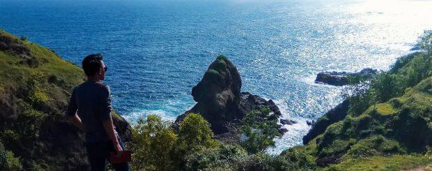 Bukit ini dinamai dengan Bukit Pengilon. Istimewanya, dari sini Anda bukan hanya melihat hamparan laut selatan, namun pantai lain di sepanjang pesisir.